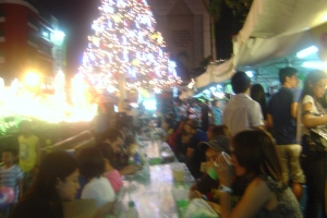 Food stalls that offer more reasonably priced food have been set up around the Christmas tree. Many people come here to eat and enjoy.